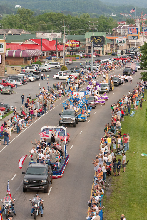 Thousands line the Parkway for Dolly's Homecoming Parade.